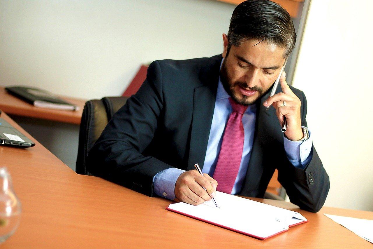 עורך דין חותם על מסמך